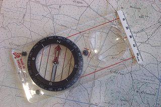 bild på en karta med kompass på