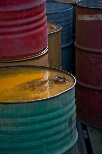 bild på oljefat i olika färger