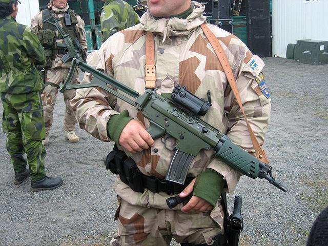 Bild på en svensk soldat med automatgevär